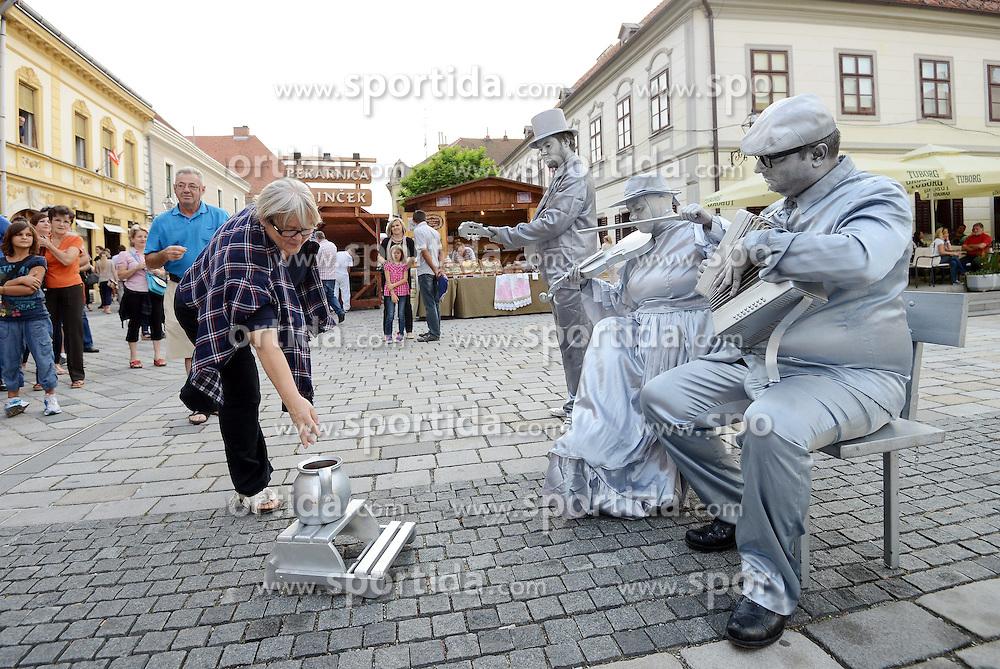 THEMENBILD - das Festival der Spazierg&auml;nger findet jedes Jahr in der kroatischen Stadt Varazdin statt. W&auml;hrend der zehn Tage der Veranstaltung wird die Stadt zu einer bunten Strassenunterhaltungs B&uuml;hne, zur Stadt des Lachens und der Freude. Aufgenommen am 23. August 2013 // THEMES PICTURE - The festival takes place every year the walkers in the Croatian town of Varazdin // during the ten days of the event the city into a colorful street entertainment stage, to the city of laughter and joy. Pictured on 23 August 2013. EXPA Pictures &copy; 2013, PhotoCredit: EXPA/ Pixsell/ Marko Jurinec<br /> <br /> ***** ATTENTION - for AUT, SLO, SUI, ITA, FRA only *****