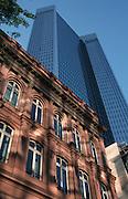 Deutschland, Germany,Hessen.Frankfurt, Main.Deutsche Bank Hochhaus, altes Bürogebäude im Vordergrund.Deutsche Bank building...