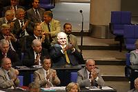 12 SEP 2002, BERLIN/GERMANY:<br /> Helmut Kohl, CDU, Bundeskanzler a.D., hat einen Platz an der Sonne, als einziger auf den Abgeordnetenplaetzen der CDU/CSU Fraktion, und applaudiert, Haushaltsdebatte fuer den Bundeshaushalt 2003, Plenum, Deutscher Bundestag<br /> IMAGE: 20020912-01-033<br /> KEYWORDS: Gerhard Schröder, Applaus, Hand, Haende, Hände, klatschen