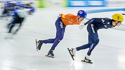 10-12-2016 NED: ISU World Cup Speed Skating, Heerenveen<br /> Massasprint mannen met oa. Evert  Hoolwerf #10, die derde werd op de massasprint en Seung-Hoon Lee KOR #1