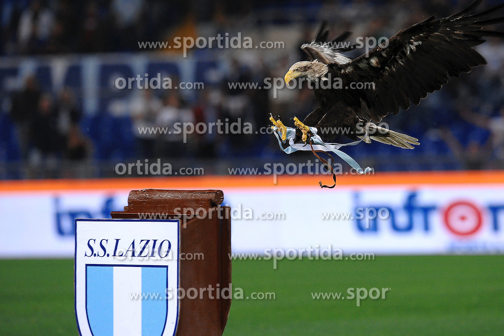 22.09.2010, .Stadio Olimpico, Rom, ITA, Serie A, Lazio Rom vs AC Milan, im Bild das Lazio Maskottchen, ein Adler im Anflug auf das Vereinswappen, EXPA Pictures © 2010, PhotoCredit: EXPA/ InsideFoto/ Andrea Staccioli *** ATTENTION *** FOR AUSTRIA AND SLOVENIA USE ONLY! / SPORTIDA PHOTO AGENCY