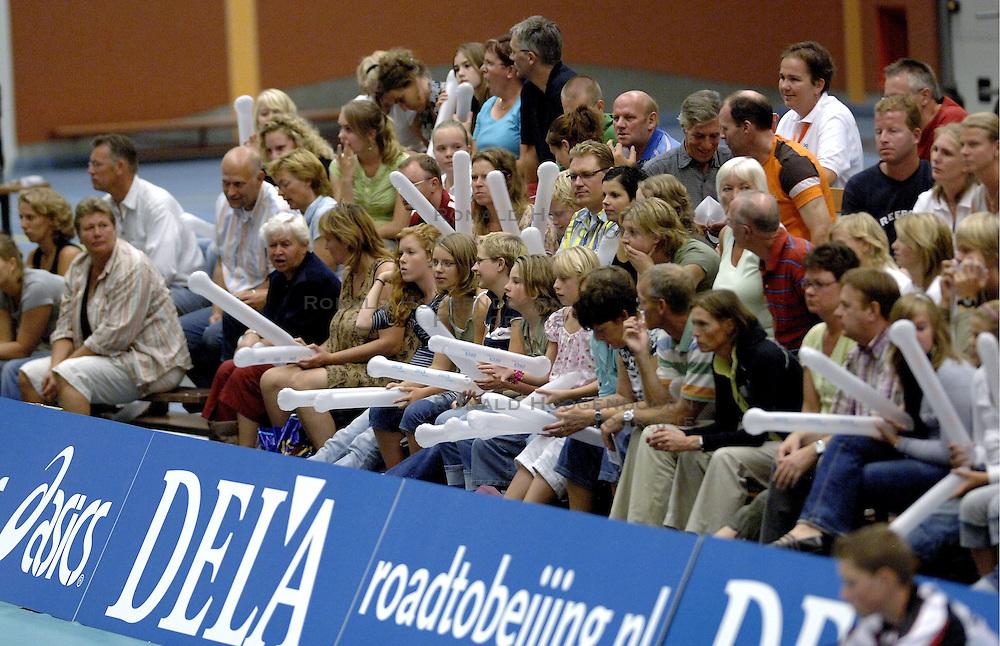 16-09-2006 VOLLEYBAL: NEDERLAND - SERVIE: HEERENVEEN<br /> Het Nederlandse vrouwenteam heeft de eerste wedstrijd met de nieuwe sponsor DELA op het shirt uitstekend gespeeld. In goed gevulde sporthal van Heerenveen werd het 3-0 voor Oranje / Oranje publiek , support<br /> &copy;2006-WWW.FOTOHOOGENDOORN.NL
