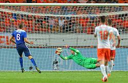05-06-2015 NED: Oefeninterland Nederland - USA, Amsterdam<br /> Oranje verliest oefeninterland tegen Verenigde Staten met 4-3 / John Brooks #6 scoort de 3-2. Jasper Cillessen (GK) #1 kansloos