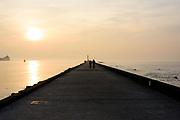 De pier in Hoek van Holland, links de uitmonding van de nieuwe Waterweg en rechts de Noordzee.