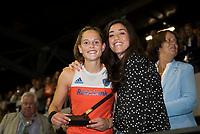 AMSTELVEEN - Pien Sanders (Ned) werd uitgeroepen tot talent van het toernooi en krijgt de prijs van Naomi van As.  na de damesfinale Nederland-Belgie bij de Rabo EuroHockey Championships 2017. COPYRIGHT KOEN SUYK