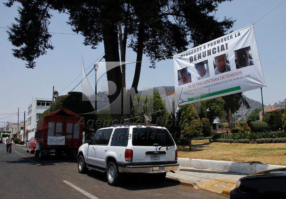 Toluca, México.- En diversos puntos de la ciudad de Toluca fueron instaladas mantas que invitan a los vecinos a denunciar a una serie de sujetos que han sido detenidos en los últimos días por cargos como robo principalmente.  Agencia MVT / Crisanta Espinosa