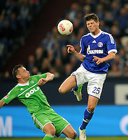 FUSSBALL   1. BUNDESLIGA  SAISON 2012/2013   7. Spieltag   FC Schalke 04 - VfL Wolfsburg        06.10.2012 Klaas Jan Huntelaar (re, FC Schalke 04) gegen Ivica Olic (li, Wolfsburg)
