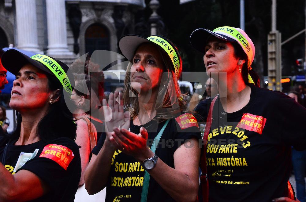 RIO DE JANEIRO, RJ, 03 DE SETEMBRO DE 2013 -GREVE DOS PROFESSORES DO MUNICÍPIO/RJ- Os professores do município do Rio de Janeiro decidiram manter a greve e fizeram concentração na Cinelândia, na tarde desta teça-feira, 03, no centro doRio de Janeiro.FOTO:MARCELO FONSECA/BRAZIL PHOTO PRESS
