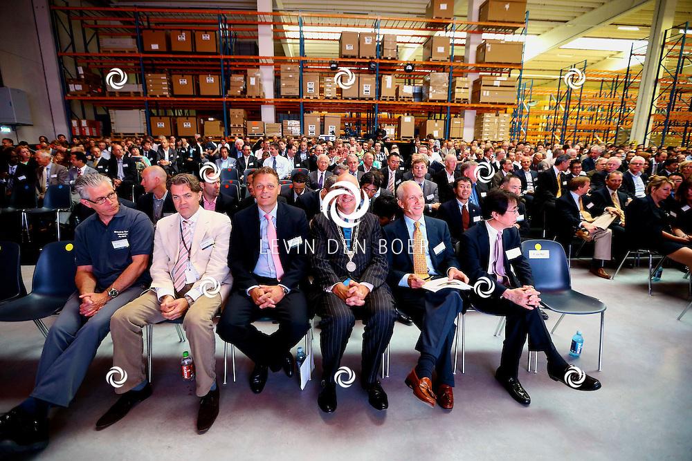 ZALTBOMMEL - De 'Grand Opening EDC Zaltbommel' in het Hitachi Centre. Met op de foto Burgemeester Albert van den Bosch (3e van rechts) . FOTO LEVIN DEN BOER