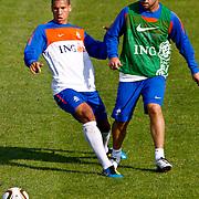 NLD/Katwijk/20100809 - Training van het Nederlands elftal, (VLNR) Jeffrey Bruma en Theo Janssen  (R)
