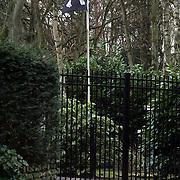 NLD/Huizen/20080207 - Piratenvlag in de tuin van Maria Kooistra en Steve te Pas in Huizen