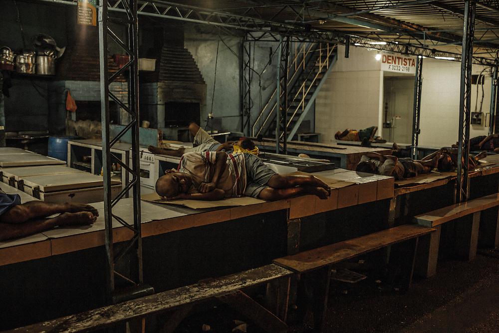 Brazil, Amazonas, rio Negro, Manaus. <br /> <br /> Des dockers sans abris dorment sur les &eacute;tals du port.