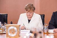 14 MAR 2018, BERLIN/GERMANY:<br /> Angela Merkel, MdB, CDU, Bundeskanzlerin, schreibt etwas in ihre Unterlagen, vor Beginn der ersten Sitzung des Kabinetts Merkel IV, Kabinettsaal, Bundeskanzleramt<br /> IMAGE: 20180314-02-031<br /> KEYWORDS: Kabinett, Kabinettsitzung, Sitzung,, neues Kabinett, schreiben