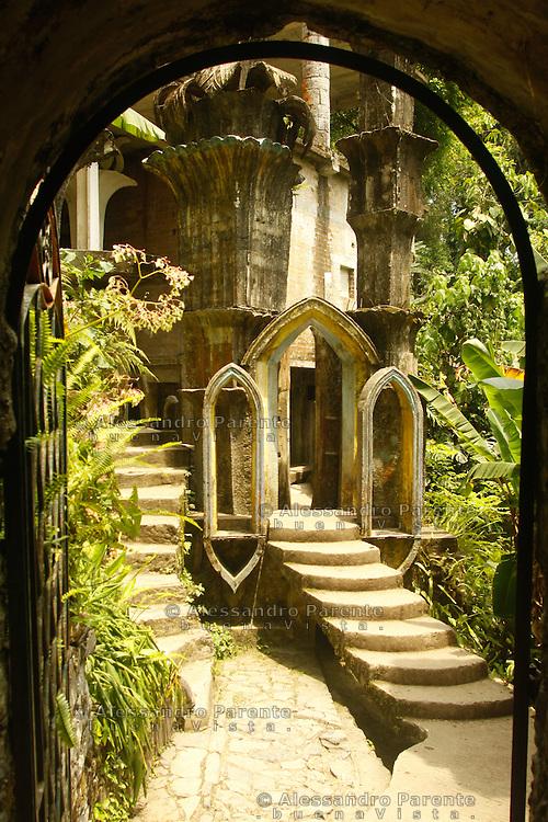 L'entrata a quella che sarebbe dovuta essere la tomba di James ed altri surrealisti come Dali'.