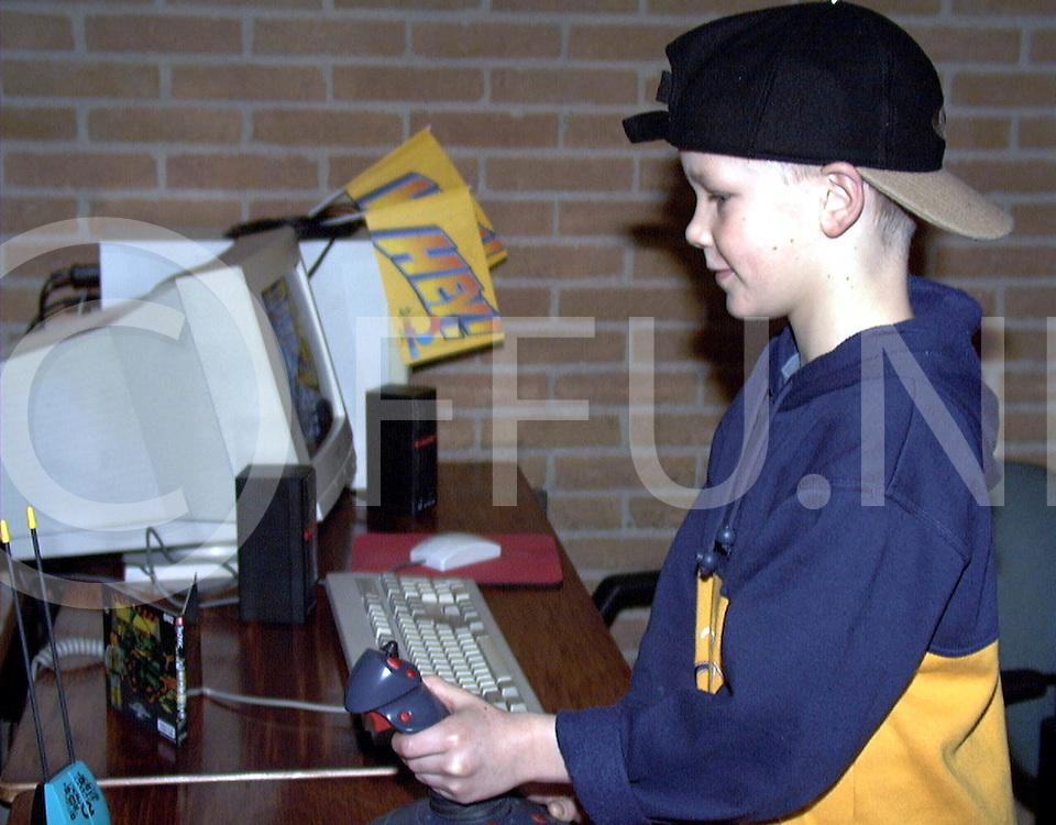Fotografie Uijlenbroek©1999/olga van kampen.990116 hardenberg.open dag computerclub h'berg in de schakel, op foto erik jan