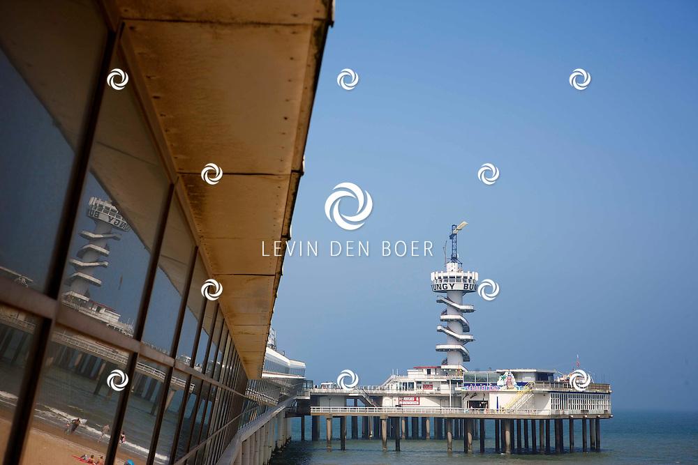 SCHEVENINGEN - In 1959 werd een aanvang gemaakt met de bouw van een nieuwe pier die iets noordelijker kwam te liggen dan de vorige pier. Het ontwerp was van de Rotterdamse architect Huig Maaskant, Dick C. Apon en D. Dijk, die er sinds 1955 aan hadden gewerkt. Op vrijdag 19 mei 1961 werd de pier geopend door Prins Bernhard, die vergezeld werd door de heren Van Till en Adama Zijlstra. Het was een koude dag.<br /> In 1991 is de pier overgenomen door Van der Valk voor het symbolische bedrag van 1 gulden. In de tien jaar daarna is hij uitgebreid, maar het is nog steeds minder dan dat het vroeger geweest is. Nu zijn er weer plannen voor een grote restauratie en nieuwe gebouwen op de pier. FOTO LEVIN DEN BOER - PERSFOTO.NU