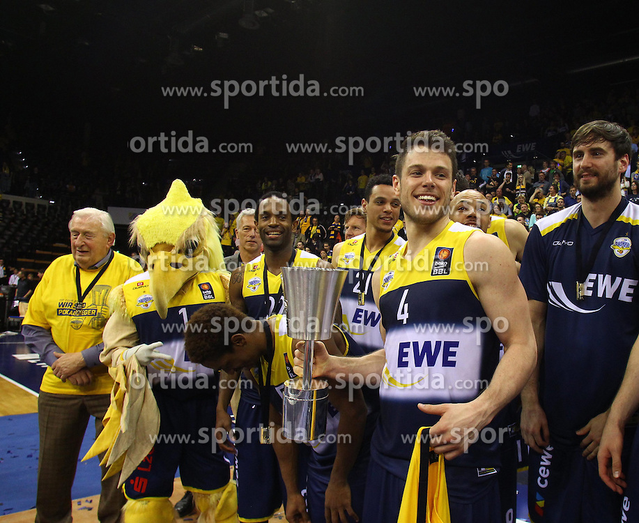 12.04.2015, Brose Arena, Bamberg, GER, Beko Basketball BL, Brose Baskets Bamberg vs EWE Baskets Oldenburg, Top Four 2015, Finale, im Bild Chris Kramer ( EWE Baskets Oldenburg ) und das Team mit dem Pokal // during the Beko Basketball Bundes league TOP FOUR 2015 final match between Brose Baskets Bamberg and EWE Baskets Oldenburg at the Brose Arena in Bamberg, Germany on 2015/04/12. EXPA Pictures &copy; 2015, PhotoCredit: EXPA/ Eibner-Pressefoto/ Langer<br /> <br /> *****ATTENTION - OUT of GER*****