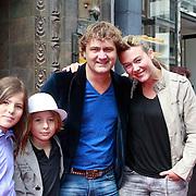 NLD/Amsterdam/20110611 - Premiere Kung Fu Panda 2, Ray Klaassen met partner en dochters .....