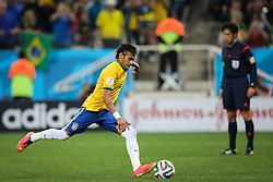 Neymar Jr. chuta para marcar gol do Brasil na estréia da Copa do Mundo 2014, na Arena Corinthians, em São Paulo. FOTO: Jefferson Bernardes/ Agência Preview