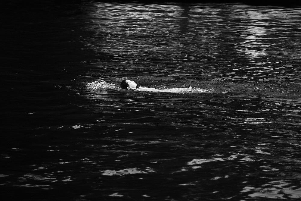 Une jeune femme nage dans la Seine, au nord de Paris.