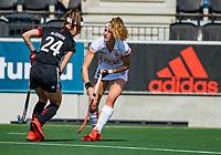 AMSTELVEEN - Eva de Goede (A'dam) met Yibbi Jansen (OR)   tijdens de hoofdklasse competitiewedstrijd hockey dames,  Amsterdam-Oranje Rood (5-2). COPYRIGHT KOEN SUYK