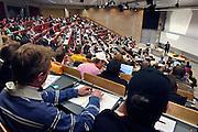 Nederland, Nijmegen, 13-3-2006..Studenten rechten volgen college in een volle collegezaal aan de Radboud universiteit. Sommigen werken met een laptop computer. Universitair, wetenschappelijk, docent. ..Foto: Flip Franssen/Hollandse Hoogte