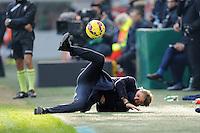 FUSSBALL INTERNATIONAL   SERIE A   SAISON  2014/2015   18. Spieltag Inter Mailand - CFC Genua               11.01.2015 Trainer Roberto Mancini (Inter Mailand) stuerzt mit Ball am Spielfeldrand