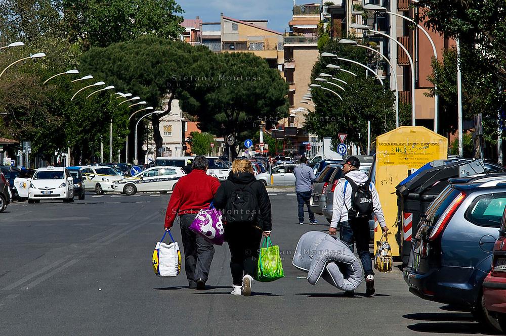 Roma 16 Aprile 2014<br /> Sgomberato palazzo in  via Baldassarre Castiglione alla Montagnola occupato nei giorni scorsi  dai movimenti per il diritto all'abitare da circa  200 persone, la polizia a caricato i manifestanti che protestano per lo sgombero, otto persone sono state ferite. Le famiglie sgomberate rimango per strada<br /> Rome April 16, 2014 <br /> Vacated the building in Via Baldassarre Castiglione,Montagnola district, busy in recent days by the movements for housing rights, by about 200 people, the police charged the demonstrators protesting the eviction, eight people were injured.The evicted families remain on the street