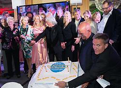 """08.05.2015, Schlosshotel Velden, Velden, AUT, 25 Jahre, Ein Schloss am Wörthersee, Klassentreffen die Gala, im Bild Gruppenfoto der Schauspieler mit Torte // Group photo of the actor with pie during the Gala of Class reunion - 25th anniversary of tv series """"Ein Schloss am Wörthersee"""" at the Schlosshotel Velden, Austria on 2015/05/08. EXPA Pictures © 2015, PhotoCredit: EXPA/ Johann Groder"""