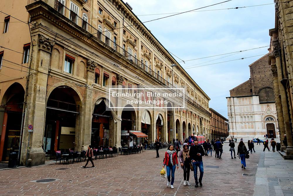 Shoppers in the piazza Maggiore, Bologna, Italy<br /> <br /> (c) Andrew Wilson | Edinburgh Elite media