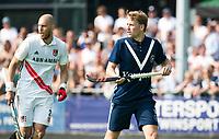 AMSTELVEEN -  Hockey Hoofdklasse heren Pinoke-Amsterdam (3-6). Dennis Warmerdam (Pinoke) , die  die vanwege kanker en een tumor in zijn arm, zijn hockeycarrière moet beëindigen .  links Justin Reid-Ross. COPYRIGHT KOEN SUYK