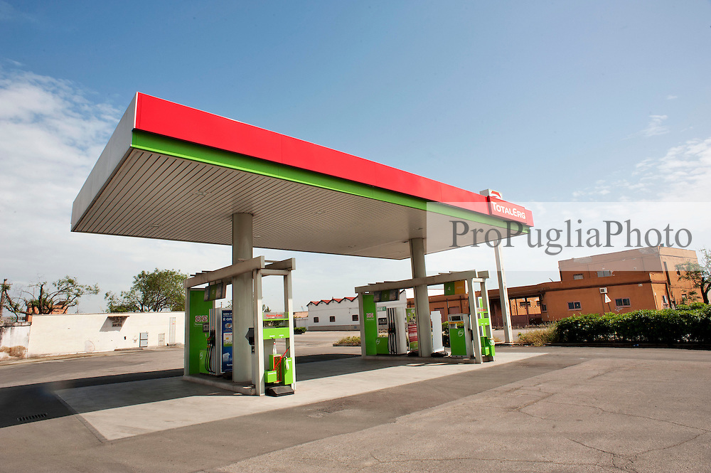 Taranto, maggio 2013.Stazione dii servizio Total ERg localizzata sulla Strada Statale 106 Jonica, SS 106