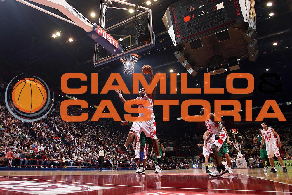 DESCRIZIONE : Milano Lega A1 2007-08 Playoff Semifinale Gara 2 Armani Jeans Milano Montepaschi Siena <br /> GIOCATORE : Travis Watson<br /> SQUADRA : Armani Jeans Milano <br /> EVENTO : Campionato Lega A1 2007-2008 <br /> GARA : Armani Jeans Milano Montepaschi Siena<br /> DATA : 24/05/2008 <br /> CATEGORIA : Rimbalzo Special<br /> SPORT : Pallacanestro <br /> AUTORE : Agenzia Ciamillo-Castoria/M.Marchi<br /> Galleria : Lega Basket A1 2007-2008 <br /> Fotonotizia : Milano Campionato Italiano Lega A1 2007-2008 Playoff Semifinale Gara 2 Armani Jeans Milano Montepaschi Siena <br /> Predefinita :