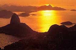 Rio de Janeiro, Rio de Janeiro, Brasil..Marco/2004.Vista aerea do por do sol no Pao de Acucar. / Aerial View of the sunset at the Sugar Loaf.Foto © Marcos Issa/ARGOSFOTO..