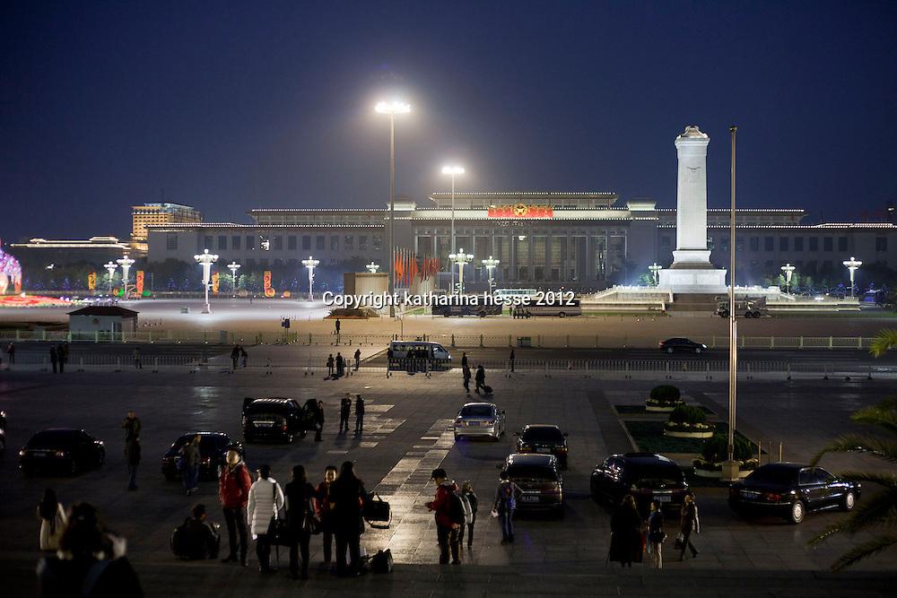 BEIJING, NOV. 8, 2012 : Sicht auf das Nationalmuseum von der Grossen halle des Volkes am Abend.