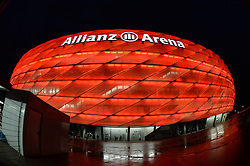 THEMENBILD - die Allianz Arena in Muenchen, im Bild die ALLIANZ ARENA am Abend, Aussenansicht, Bild aufgenommen am 16.04.2013, Allianz Arena, Muenchen, Deutschland. EXPA Pictures © 2013, PhotoCredit: EXPA/ Eibner/ Bert Harzer..***** ATTENTION - OUT OF GER *****