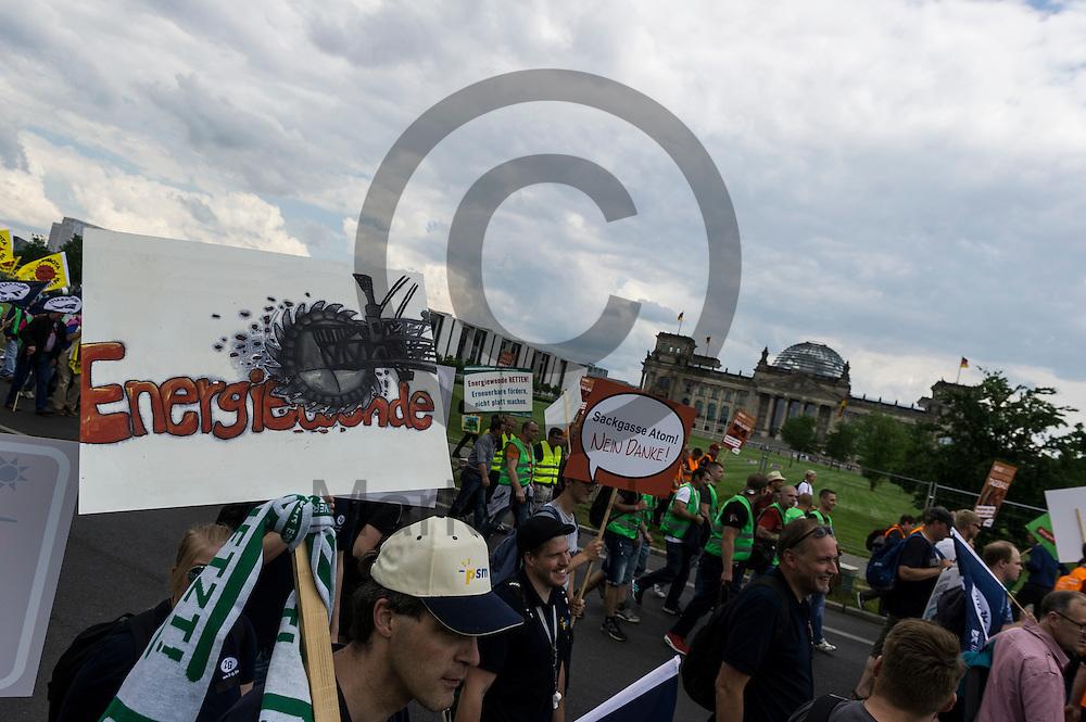 &quot;Energiewende&quot; steht w&auml;hrend der Klima Demonstration am 02.06.2016 in Berlin, Deutschland auf dem Schild eines Demonstranten. Mehrere Tausend Menschen gingen unter dem Motto: &quot;Energiewende retten! Arbeit sichern! Klimaschutz durchsetzen, EEG verteidigen!&quot; auf die Stra&szlig;e um f&uuml;r den Klimawandel und gegen eine &Auml;nderung des Erneuerbare Energien Gesetz zu demonstrieren. Foto: Markus Heine / heineimaging<br /> <br /> ------------------------------<br /> <br /> Ver&ouml;ffentlichung nur mit Fotografennennung, sowie gegen Honorar und Belegexemplar.<br /> <br /> Bankverbindung:<br /> IBAN: DE65660908000004437497<br /> BIC CODE: GENODE61BBB<br /> Badische Beamten Bank Karlsruhe<br /> <br /> USt-IdNr: DE291853306<br /> <br /> Please note:<br /> All rights reserved! Don't publish without copyright!<br /> <br /> Stand: 06.2016<br /> <br /> ------------------------------