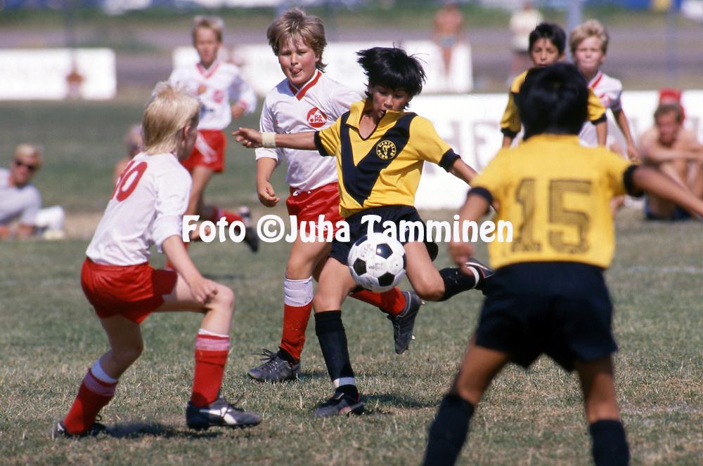12.7.1988 - Helsinki Cup 1988.<br /> K&auml;pyl&auml;n Ravirata, Helsinki.<br /> Boys D-12. Academia Cantolao (Peru) - Karakallion Pallo.