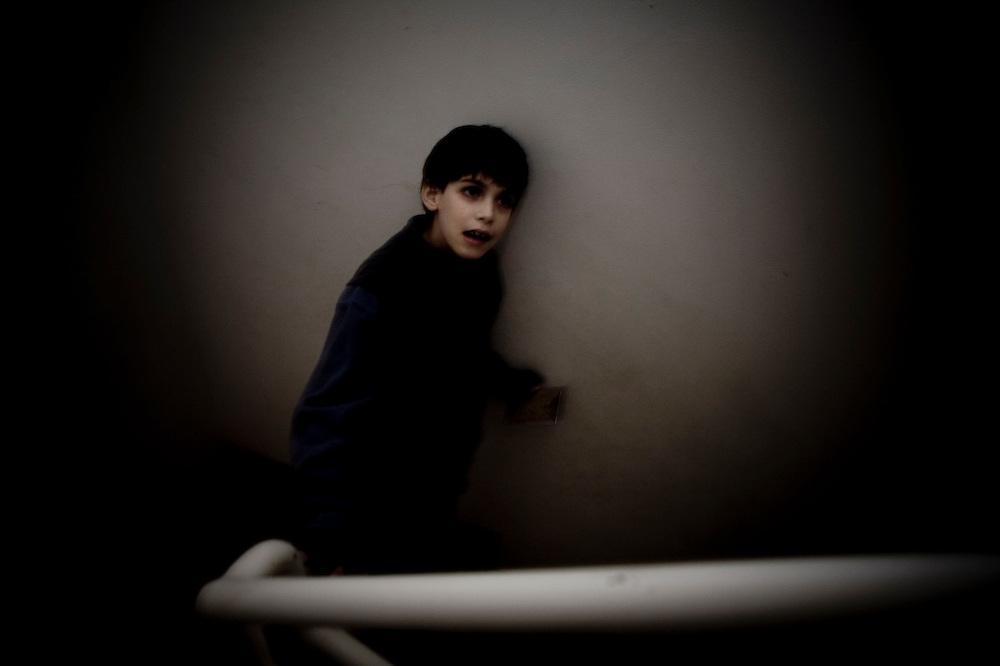 Baja las escaleras y voltea, solo para asegurarse que no bajará solo.