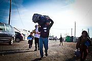 Una famiglia accede al campo di transito per migranti di Tabanovce, Macedonia   A family arrive in Tabanovce's migrants transit camp, Macedonia