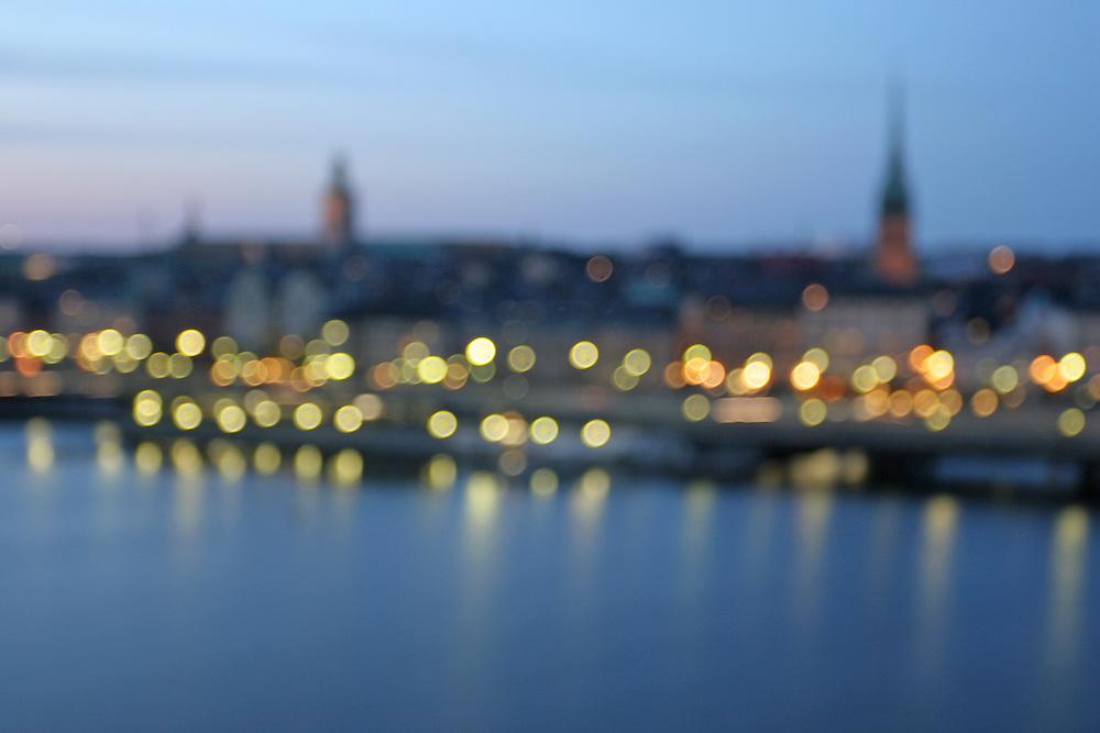 Vista de Estocolmo al atardecer desde el puente de entrada a Södermalm desde Gamla Stan.