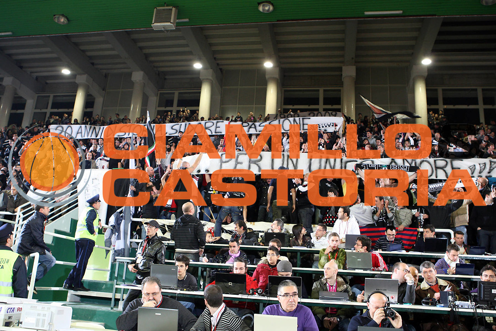DESCRIZIONE : Avellino Lega A 2009-10 Air Avellino Pepsi Juve Caserta<br /> GIOCATORE : Tifosi Avellino<br /> SQUADRA : Pepsi Juve Caserta<br /> EVENTO : Campionato Lega A 2009-2010<br /> GARA : Air Avellino Pepsi Juve Caserta<br /> DATA : 19/12/2009<br /> CATEGORIA : Tifosi Supporter Caserta<br /> SPORT : Pallacanestro<br /> AUTORE : Agenzia Ciamillo-Castoria/GiulioCiamillo<br /> Galleria : Lega Basket A 2009-2010 <br /> Fotonotizia : Avellino Campionato Italiano Lega A 2009-2010 Air Avellino Pepsi Juve Caserta<br /> Predefinita :