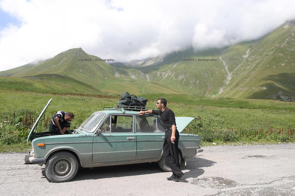 Ein Schiguli ist ist am Kreuzpass (2400 m.) auf der Georgischen Heerstrasse liegen geblieben. Nicht ungewoehnliches, Georgier wissen sich zu helfen, um ihre alten und anfaelligen Autos wieder flott zu machen...A car breakdown on the cross pass (2.400m) on the Georgian Military Highway.