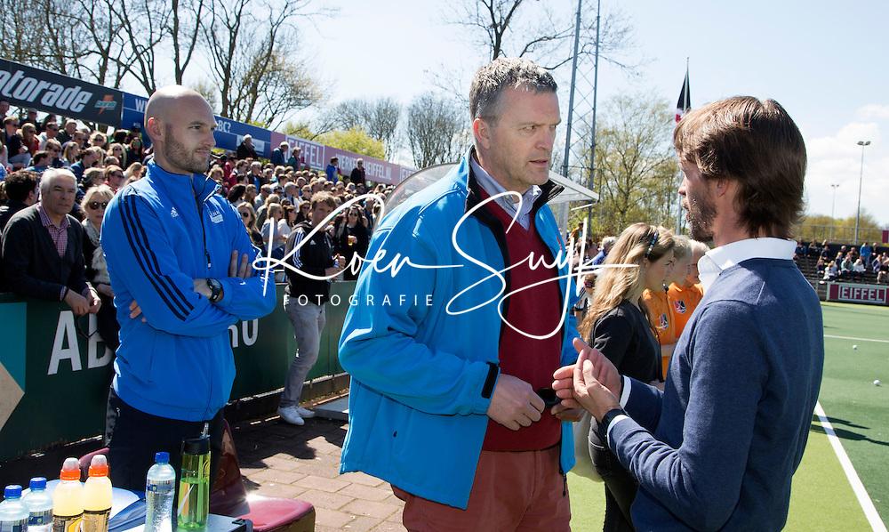 AMSTELVEEN - HOCKEY - Jasper Nagtzaam, Peter Elders,  coach Alexander Cox van Kampong voor  de beslissende halve finalewedstrijd van de Play offs tussen Amsterdam en Kampong (3-1). COPYRIGHT KOEN SUYK