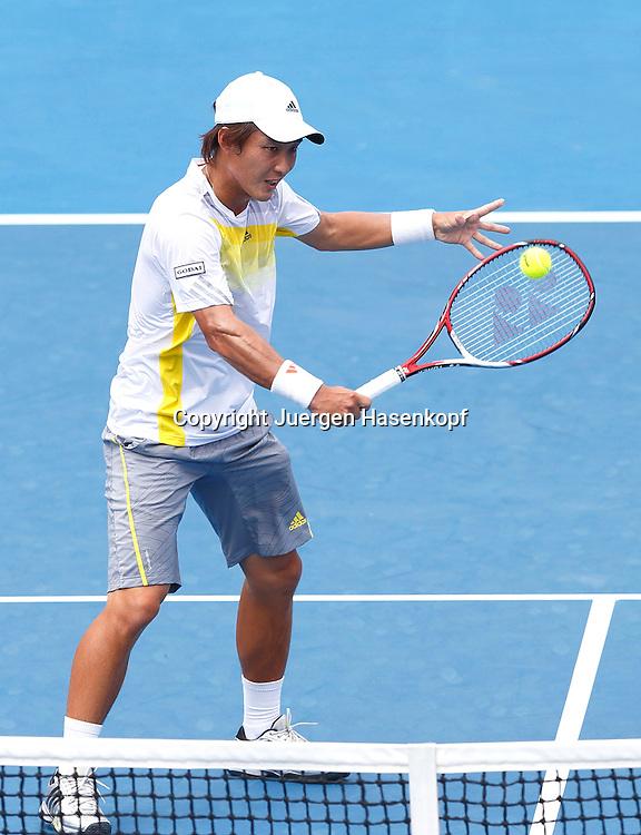 Australian Open 2013, Melbourne Park,ITF Grand Slam Tennis Tournament, Go Soeda (JPN),Aktion,Einzelbild,Ganzkoerper,Hochformat,.
