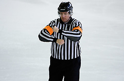 Znak za napadanje s telesom. Charging. Slovenski hokejski sodnik Damir Rakovic predstavlja sodniske znake. Na Bledu, 15. marec 2009. (Photo by Vid Ponikvar / Sportida)