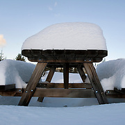 Noorwegen Robru Gol 22 december 2008 20081222 Foto: David Rozing .Wintertafereel, dik pak sneeuw op picknicktafel.Wintertime, snow on table ..Foto: David Rozing