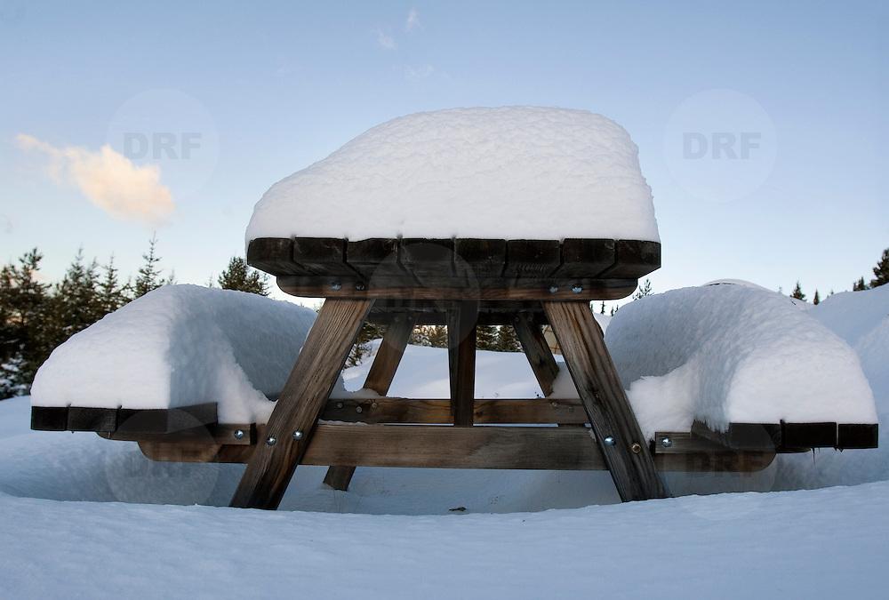 Noorwegen Robru Gol 22 december 2008 20081222 Foto: David Rozing .Wintertafereel, dik pak sneeuw op picknicktafel.Wintertime, snow on table ..Foto: David Rozing