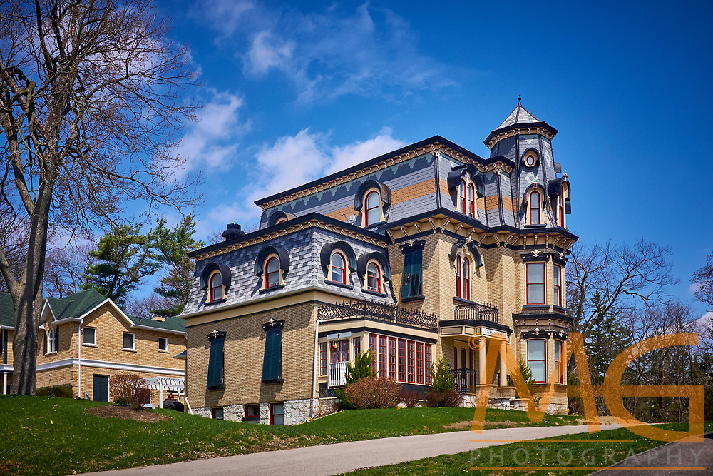 Lount's Castle was built in 1877 as a summer home for William Lount, a lawyer working in Barrie and Toronto who became a politician and then a judge.<br /> <br /> https://www.thestar.com/life/homes/decor/2012/05/02/renovating_historic_barrie_home_restored_and_converted_into_an_eightplex.html<br /> <br /> http://www.thebarrieexaminer.com/2010/01/22/keeping-up-the-castle