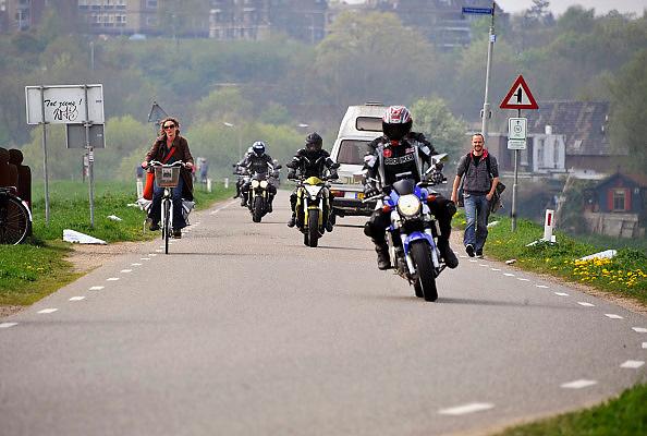 Nederland, Ooij, 17-4-2011Drukte op de dijk. Met mooi weer wil iedereen over de dijk rijden. Veel dijkvakken zijn in de lente en zomermaanden afgesloten voor motorrijders vanwege de overlast die zij veroorzaken.Foto: Flip Franssen/Hollandse Hoogte